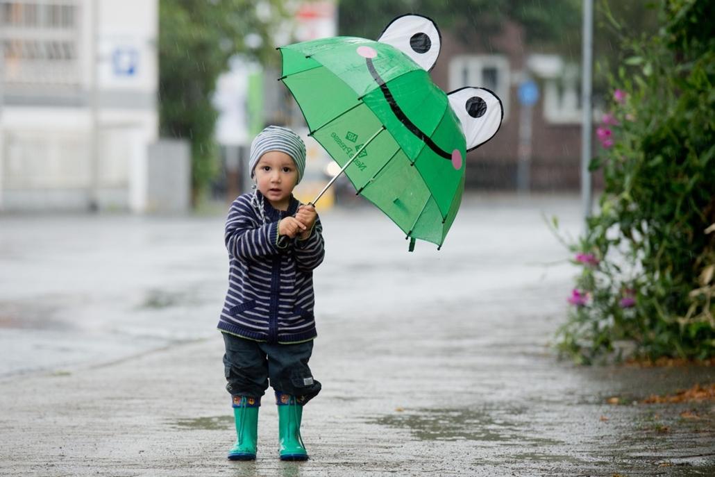 afp. nagyításhoz - esernyő - eső, időjárás, zivatar, vihar, Hannover, Németország, 2013.08.19.