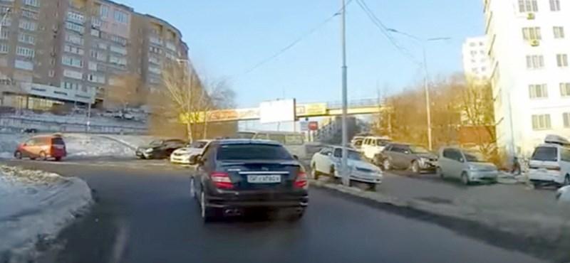 Hatalmasat alakított az autós, aki a gázt nyomta a fék helyett – videó