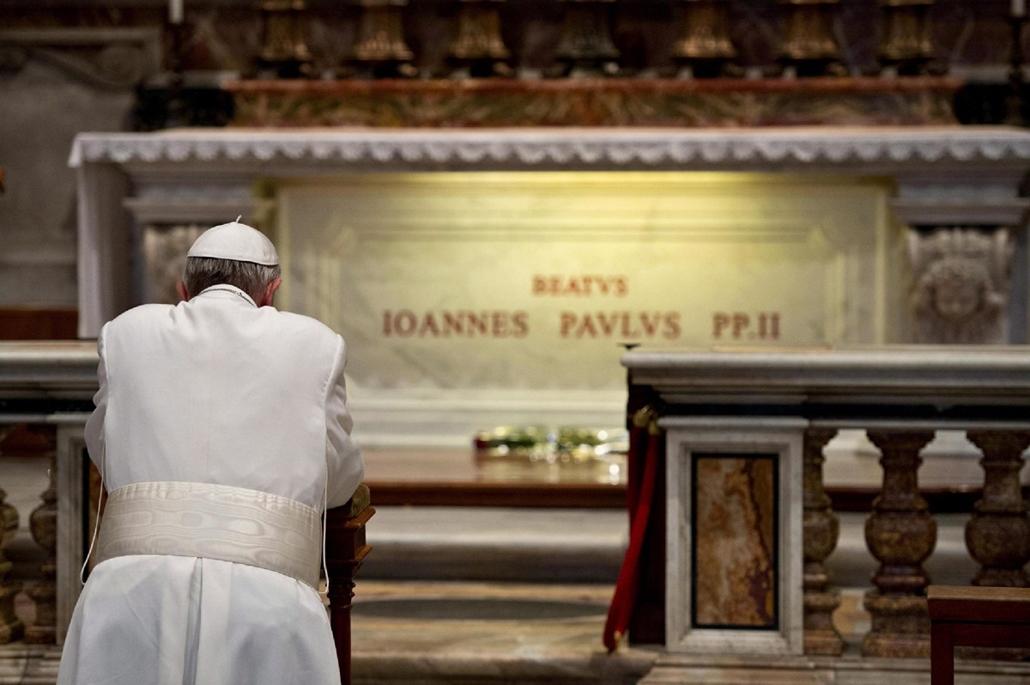 II. János Pál pápa halálának évfordulója, Ferenc pápa imádkozik II. János Pál pápa sírja előtt