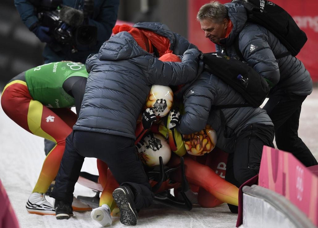 epa.18.02.15. - Téli Olimpia 2018  - napibest - A német csapat tagjai ünnepelnek, miután aranyérmet nyerte a phjongcshangi téli olimpia vegyesváltó szánkóversenyében a phjongcshangi Alpensia Csúszóközpontban