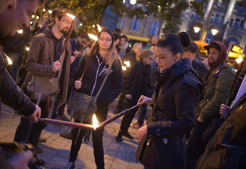 Orbán belevágott a 2019-es EP-kampányba, Hadházyék és a jobbikosok az MTVA elé vonulnak, az LMP fáklyákkal menetel- ÉLŐ