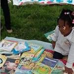 Ingyenes könyveket oszt egy anyuka, azért, hogy a gyerekek ne maradjanak le a tanulásban