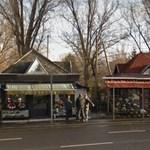 Virágboltba csapódott egy kukásautó Újpesten