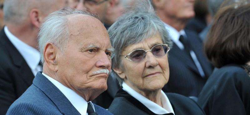 Szobrot kap Göncz Árpád és felesége a II. kerületben