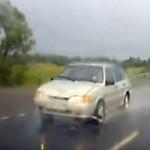 Videó: Vélhetően azonnal megbánta manőverét ez az autós, de már késő volt