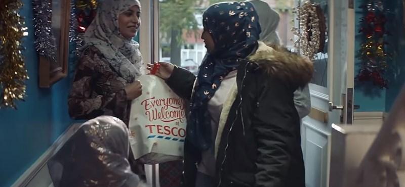 Kiverte a biztosítékot a Tesco muszlim családot szerepeltető karácsonyi reklámja