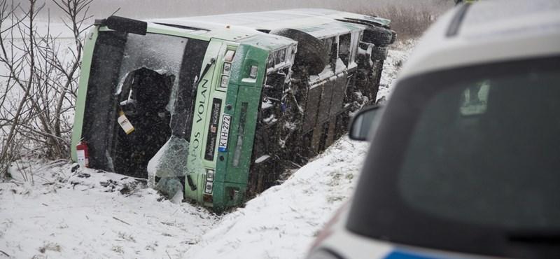 Felborult egy volánbusz 60 emberrel, sokan megsérültek