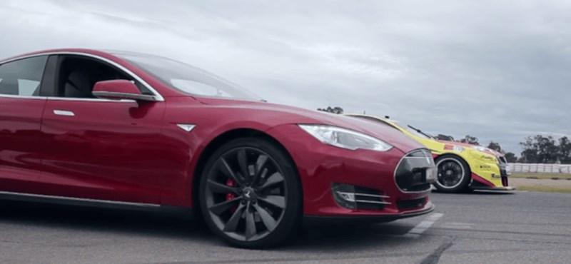 Így alázott porrá egy versenyautót a Tesla Model S – videó