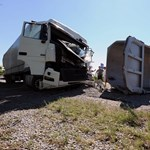 Fotó: kamionok és mikrobusz ütközött az 55-ösön