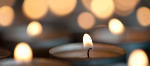 Mécsesekkel és dallal emlékeztek a koronavírusban elhunyt tanárokra