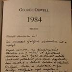 Fotó: Dedikált 1984-et adtak Pintérnek a tüntetők