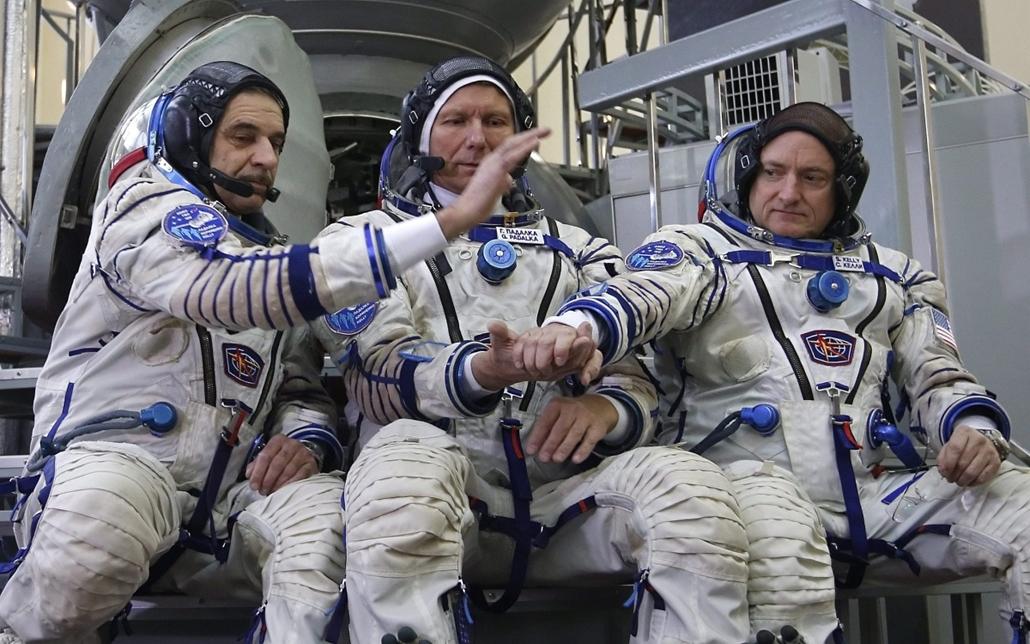 epa.15.03.05. - Csillagváros: Mihail Kornyijenko és Gennagyij Padalak orosz, valamint Scott Kelly amerikai űrhajós, a Nemzetközi Űrállomásra (ISS) induló következő, 44-es expedíció tagjai (b-j), mielőtt megkezdik a kiképzésüket lezáró gyakorlati vizsgát e