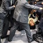 Összecsaptak a hongkongi parlamentben az ellenzéki képviselők a biztonsági őrökkel