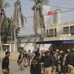 Fegyveresek támadták meg a kínai konzulátust a pakisztáni Karacsiban