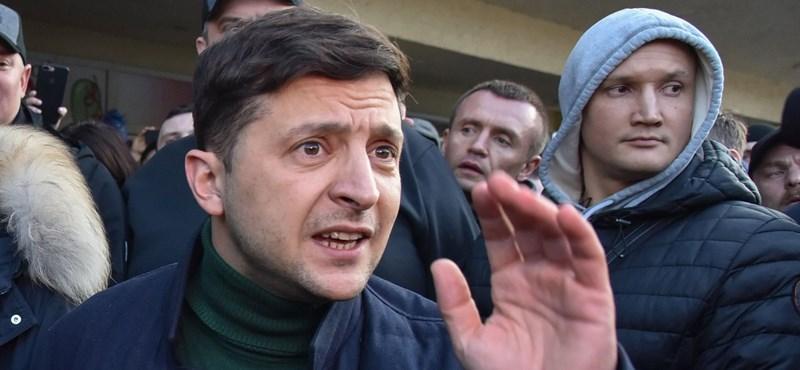 Az exkomikus Zelenszkij vezet, de sok a szabálytalanság az ukrán elnökválasztáson