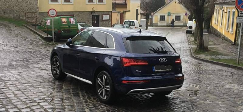 A nap fotója: Szentendrén az út kellős közepére sikerült leparkolni egy Audi Q5-tel