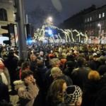 Óriási tömeg, tumultus az Operaház előtt - percről percre