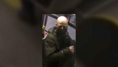 Keresik a rendőrök a trolin gyereket megütő és rángató férfit