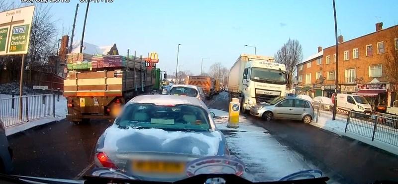 Videó: Észre sem vette a kamionos, hogy egy kocsit tol maga előtt