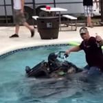 A részeg sofőr quaddal csapat a medencében - videó