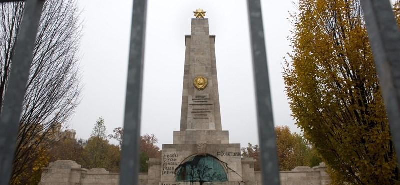 Fotók az összefirkált Szabadság téri szovjet emlékműről