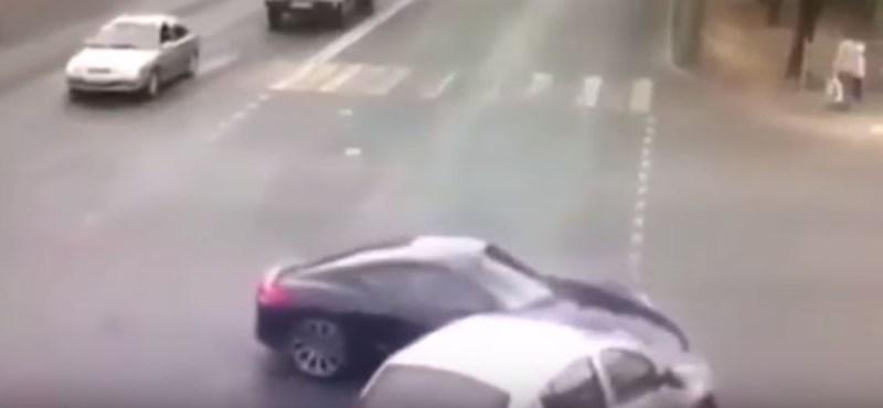 Összekoccant a Porsche és a Renault, de senki nem érti, ami utána történt – videó