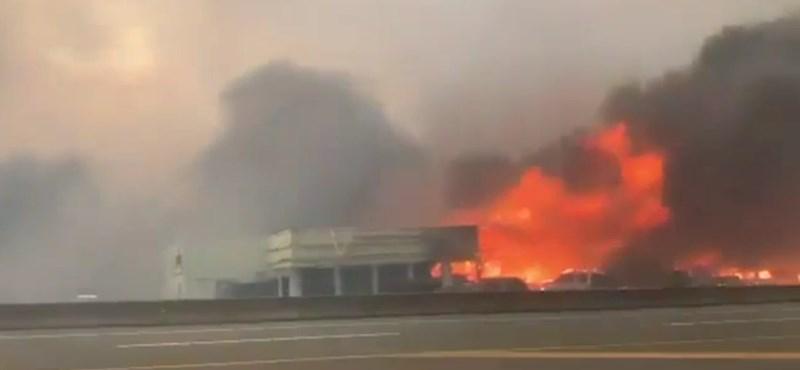 Ardiendo en una pequeña ciudad canadiense: video de un automóvil escapando de las llamas