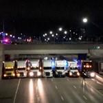 Ugrani akart egy férfi a felüljáróról, kamionsorfallal torlaszolták el az autópályát