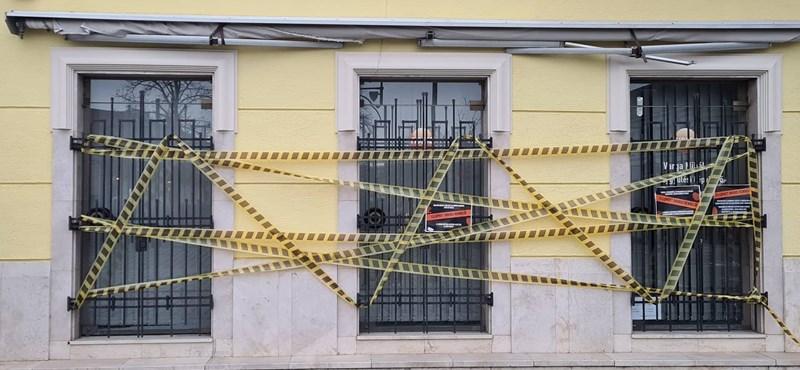 Tordai Bence plakátokat ragasztott Varga Mihály irodájára, akinek Washington ugrott be erről