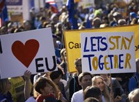 Brexit: Theresa May pártjából is menekülnek az EU-pártiak