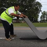 Új fegyver a kátyúk elleni harcban: leragasztják az úthibákat – videó
