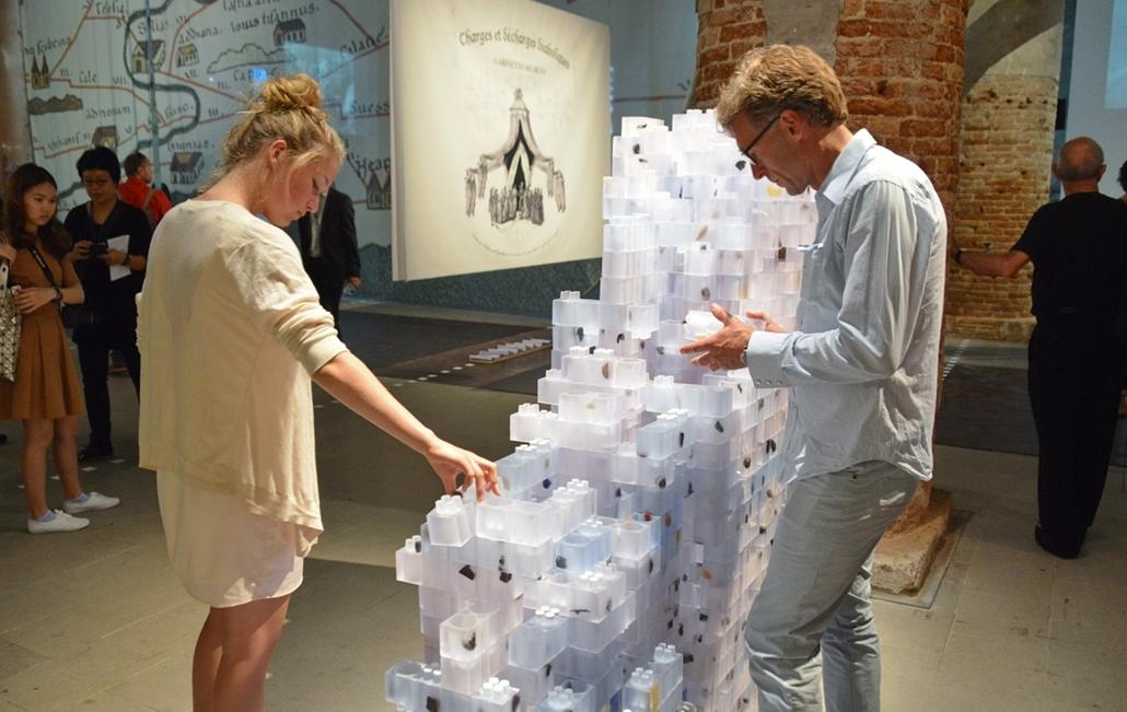 kka. Velencei Biennále 2014.06. nagyításnak - Az Arsenale tematikus kiállításán a  pompeiből származó lávadarabok és régészeti törmelékek műanyag legókockákba zárva régi-új építőanyagként szolgálnak