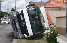 Nekidőlt egy ház oldalának egy konténeres kamion Csepregen