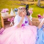 Szívmelengető fotósorozattal ünnepelt a 100 éves ikerpár
