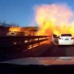 Balesetet szenvedett a tartálykocsi, az óvatlan autós az egészet felgyújtotta – videó