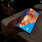 Fotók és videó: kezünkbe vettük a Huawei összehajtható telefonját