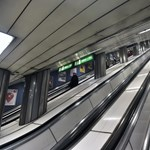 Beszorult egy kiskutya lába a mozgólépcsőbe a Corvin-negyed metróállomáson