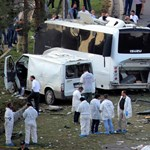 Újabb törökországi merénylet, rendőrök autója mellett robbantottak