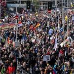 Félmeztelen művészek, Molotov-koktélos svájciak, karneválozó járványtagadók - sűrű volt a tüntetők hete Európában