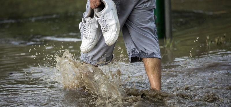 Vízgyűjtő tartályokat osztogatnak Dombóváron, hogy ne az utcákra folyjon a rengeteg eső