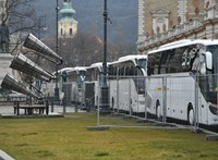 Buszokkal takarják a Várkert Bazárt, Orbán évértékelőjének helyszínét