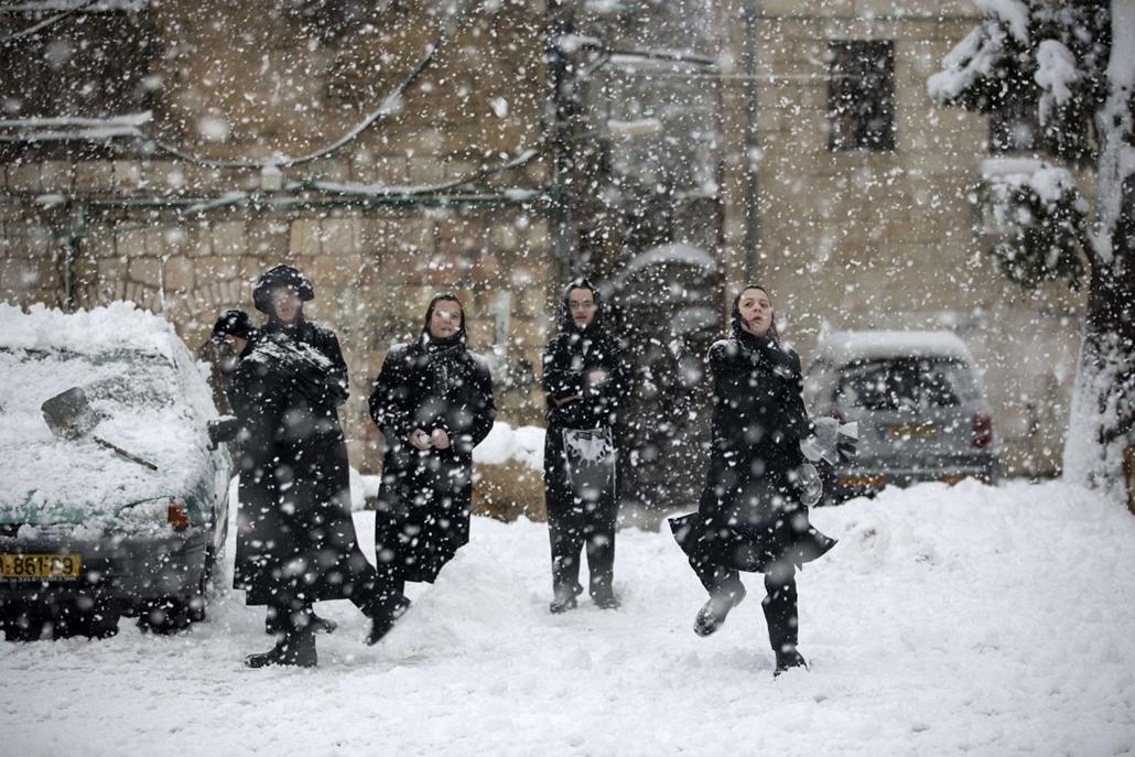 Nagyításgaléria - Gyerekek élvezik a havazást Jeruzsálemben. Jeruzsálemre1992 óta nem hullott annyi hó, mint most egy éjszaka folyamán.