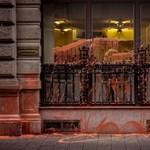 """""""Mindenki tudja, mi történt"""" – videó a Fidesz-narancsba borult az ÁSZ-székházról"""