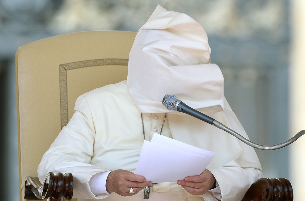 afp. hét képei - Ferenc pápa 2014.08.27. Pope Francis matle blown by the wind covers his face as he leads the weekly general audience at St Peter's square on August 27, 2014 in Vatican City.