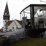Fotók: Ennyi maradt a Kenderesen kigyulladt kamionból