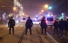 Videó: Rendőrségi furgon tolta előre az egyik tüntetőt a Nyugatinál
