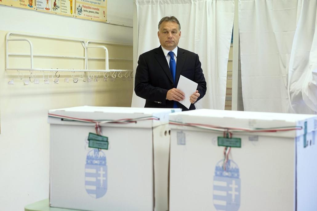 mti. választásnagyítás - választás 2014, önkormányzati választások 2014.10.12. Orbán Viktor szavaz, Orbán Viktor miniszterelnök szavaz a Zugligeti Általános Iskolában, a XII. kerületi 53-as számú szavazókörben az önkormányzati választáson 2014. október 12