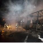 Teljesen kiégett egy kamion az M7-esen – képek