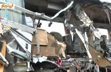 Útra zuhanó konténer zúzott szét egy buszt Indiában – 19 halott