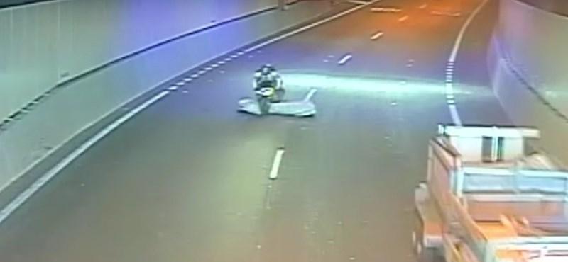 Komoly balesetet úszott meg a motoros, de hogyan – videó